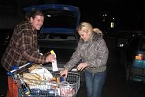 """""""Přijeli jsme teď ze Slovenska, nestihli jsme dřív nakoupit,"""" popsal mladý pár nakládající do auta zboží z plného košíku."""