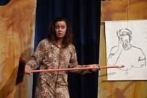 Z představení Cavewoman s herečkou Danielou Choděrovou v Městském společenském domě v Kolíně.