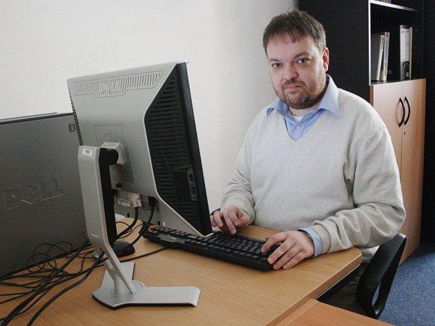 Vladimír Srb na on-line rozhovoru se čtenáři Kolínského a Kutnohorského deníku v redakci.