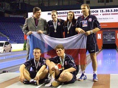 Filip Dejda (dole vlevo) ve společnosti dalších českých reprezentantů.