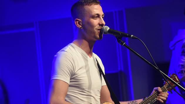 Populární zpěvák naplnil sál do posledního místa.