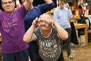 Již dvacátý čtvrtý ročník celostátní přehlídky výtvarných prací osob s mentálním postižením pojmenované Radost otevřela ve čtvrtek před polednem vernisáž ve velkém sále Městského společenského domu v Kolíně.