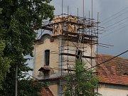 Oprava věže kostela sv. Bartoloměje v Bylanech.