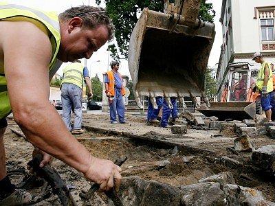Tím, čím rekonstrukce kanalizace zřejmě nejvíce komplikuje život obyvatelům i návštěvníkům města, je všudypřítomný jemný prach.