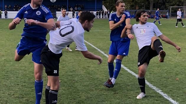 Fotbalisté Českého Brodu (v modrém) prohráli derby s Kolínem 0:1.