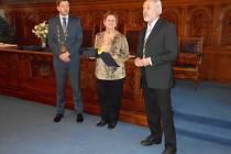 Ceny oceněným předávali starosta Kolína Vít Rakušan (vlevo) a předseda sportovní komise Jiří Tuček (vpravo).
