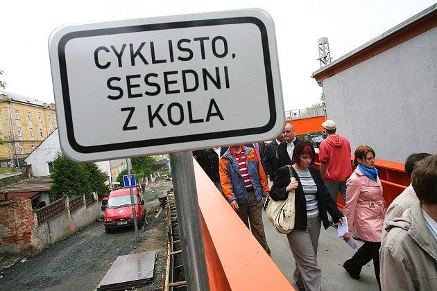Dopravní značení na lávce přes železniční trať v Kolíně, květen 2009