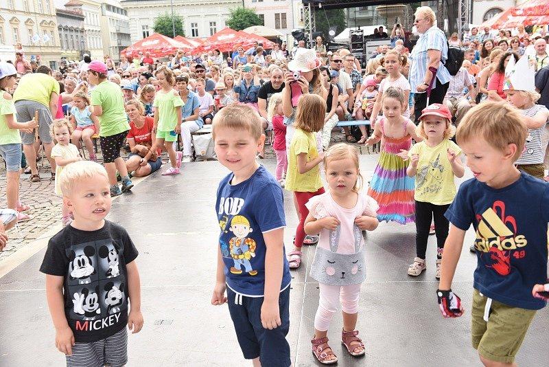 Děti s rodiči bavil Jaroslav Uhlíř, běžci startovali od Bartoloměje.