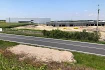 Místo v průmyslové zóně Kolín - Ovčáry, kde bude stát kruhový objezd.