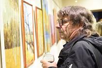 Z vernisáže výstavy obrazů pašinského malíře Ády Lisého v Komorním sále Městského společenského domu v Kolíně.