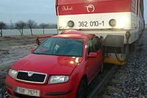 Na Kolínsku narazil vlak do auta odstaveného na trati.