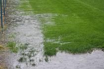 V areálu FK Kolín nebylo ani jedno ze čtyř hřišť způsobilé ke hře.