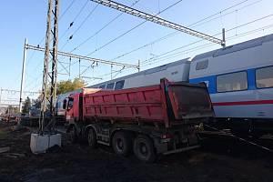 Srážka nákladního auta s jednotkou CityElefant v Poříčanech.