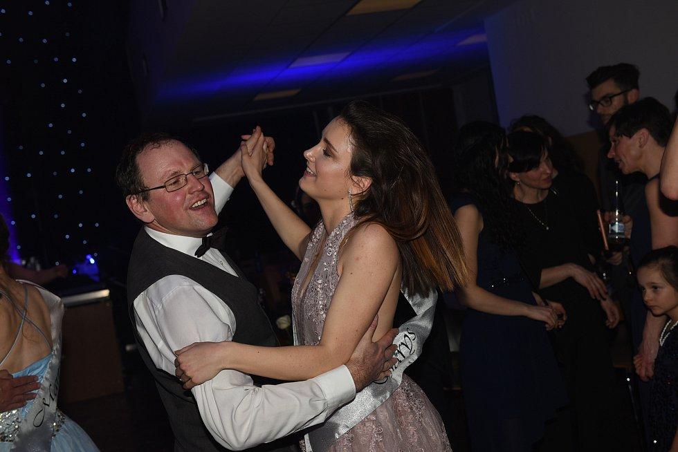Tradičně netradiční maturitní ples uspořádaly dvě třídy českobrodského gymnázia.