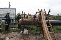 Hasiči plní plynové potrubí a testují jej.