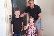Lukáš Kmoch tráví volný čas nejraději s dětmi – šestiletým Jiříkem a čtyřletou Karolínkou.