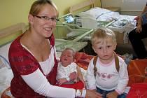 Bára Doušová se narodila 26. srpna 2013, měřila 50 centimetrů a vážila 3510 gramů. S maminkou Pavlínou, tatínkem Adamem a dva a půl roku starou sestřičkou Nikolkou odjela domů do Kolína.