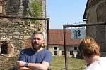 Vladimír Rišlink před tvrzí v Hradeníně, o jejíž postupnou záchranu dlouhodobě intenzivně usiluje.