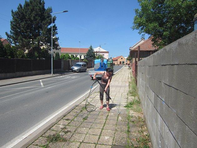 Likvidace plevelu horkou vodou vČeském Brodě.