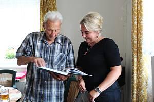 Setkání s Otakarem Urbanem se uskutečnilo v obecním domku v Nesměni.