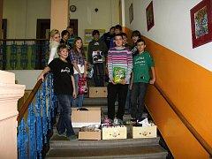 Žáci pečecké školy s dobrotami nastřádanými pro zvířata v záchranné stanici v Pátku