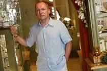 Ivan Pokorný (44 let) po absolvování Pedagogické fakulty v Hradci Králové působil šest let jako učitel tělesné výchovy. Od roku 1992 se věnuje obchodní činnosti u zahraniční zdravotnické společnosti, ve které je velmi úspěšný.