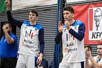 Kolínský basketbalista Tomáš Merta (stojící vpravo).