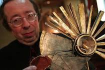 Malý úlomek kosti umístěný ve zdobeném relikviáři se do kláštěrního kostela Nejsvětější trojice dostal v rámci celostátního putování.