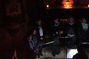 V Kostelci zpíval chrámový sbor.