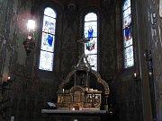 Vitráže baziliky Nanebevzetí Panny Marie v Gruntě.
