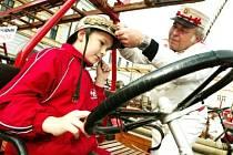 Zvlášť mladší návštěvníky Dne záchranářů zaujala historická hasičská technika, jako třeba automobilová stříkačka z roku 1910, patříci kolínským hasičům, či její o devatenáct let mladší kolegyně z Českého Brodu.