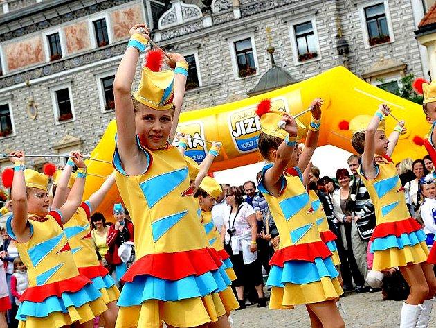Vystoupení mažoretek na festivalu Kmochův Kolín