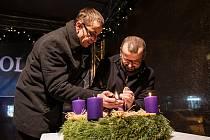 Při druhém adventním zastavení na Karlově náměstí v Kolíně místostarosta Michal Najbrt (vpravo) zapálil spolu s farním vikářem Marianem Brudnym druhou svíčku na adventním věnci.