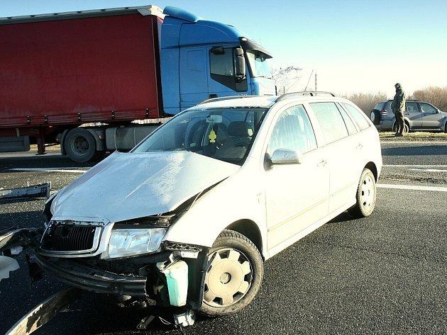 Dopravní nehoda pěti vozidel na výjezdu z Kolína u odbočky na Novou Ves I.