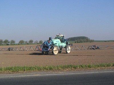 Proti suchu zemědělci nemají účinnou zbraň. Věnují se proto na polích potřebným pracem (např. postřik – na snímku) a toužebně očekávají okamžik, kdy se z nebe spustí déšť.