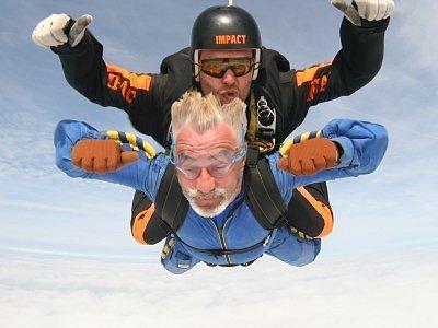 Spolu s tandem pilotem letěl Jan Rosák minutu volným pádem rychlostí 200 kilometrů v hodině a pak krásných osm minut na padáku. Seskok se uskutečnil ve středu 29. srpna na kolínském letišti.