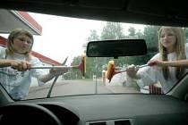 Jednou z možností, jak si o prázdninách přivydělat, je mytí oken na benzinových pumpách.