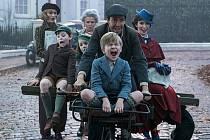 Záběr z amerického filmu Mary Poppins se vrací.