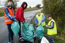 Dobrovolníci uklízeli okolí svého bydliště