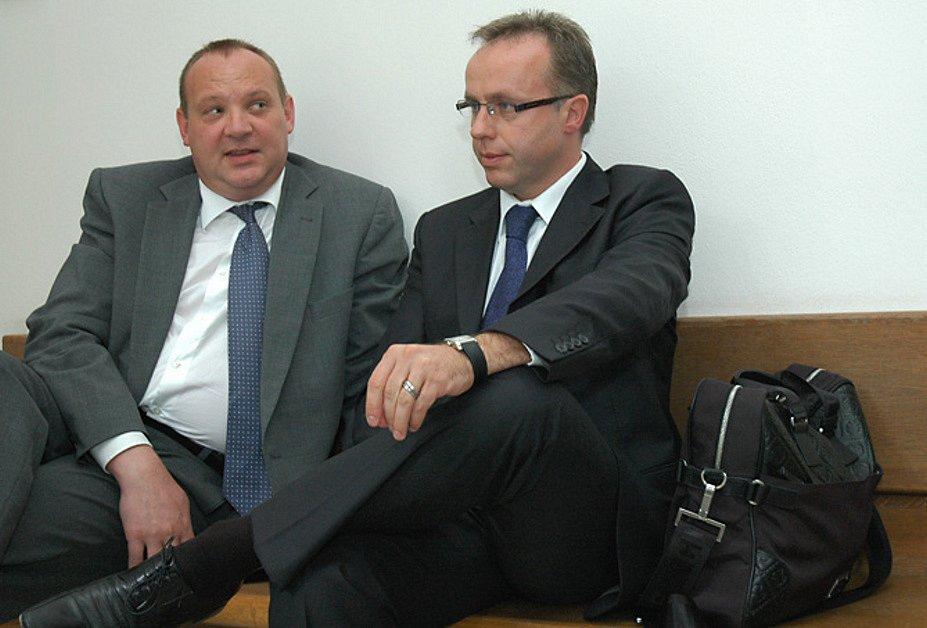 Poslanec Ondřej Plašil (vpravo)  u krajského soudu
