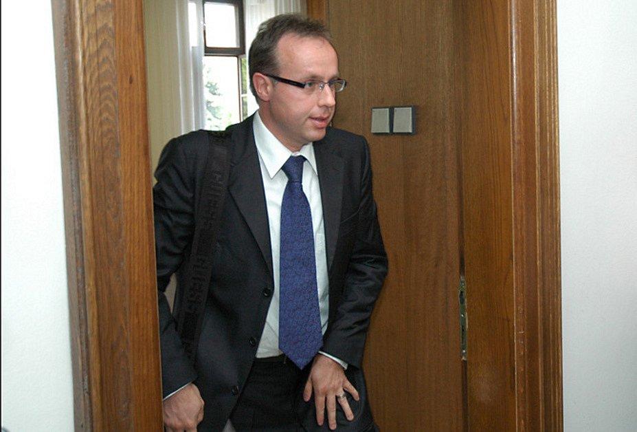 U krajského soudu byl poslanci Ondřeji Plašilovi potvrzen trest za řízení v opilosti. Soud potrestal poslance dvacetitisícovou pokutou doplněnou zákazem řízení na 14 měsíců.