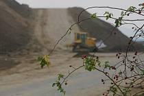 Deponie zeminy u silnice od Kolína směrem k letišti