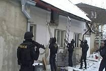 Zásahová jednotka v Pečkách při zatýkání drogových dealerů.