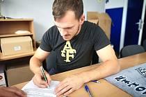 Dominik Zumr podepisuje smlouvu na prvoligový ročník.