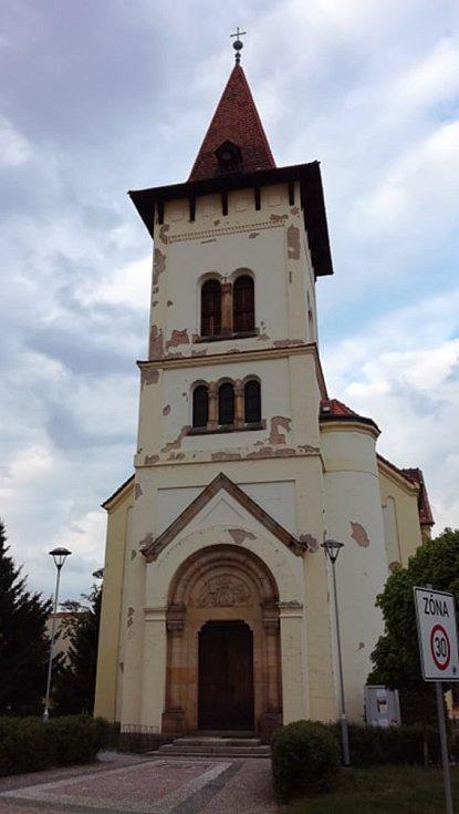 Římskokatolický kostel sv. Václava v Pečkách.