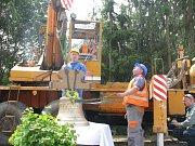 Osazování nového zvonu do kostela sv. Jakuba ve Stříbrné Skalici – Rovné