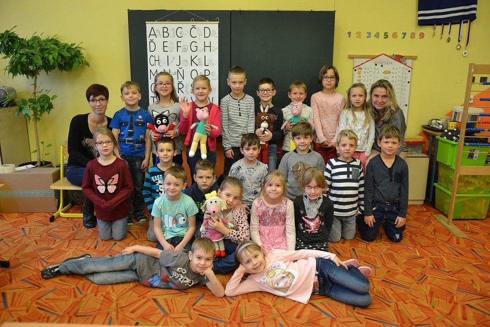 Žáci 1.B 4. Základní školy Kolín s třídní učitelkou Blankou Markovou a asistentkou pedagoga Denisou Janáskovou.