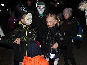 Děti zdolaly ve Třech Dvorech strašidelnou stezku