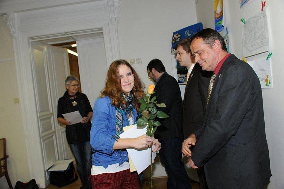 Slavnostní chvíle si prožili ve středeční podvečer účastníci literární soutěže nazvané pro letošek Macharovo pero 2011.