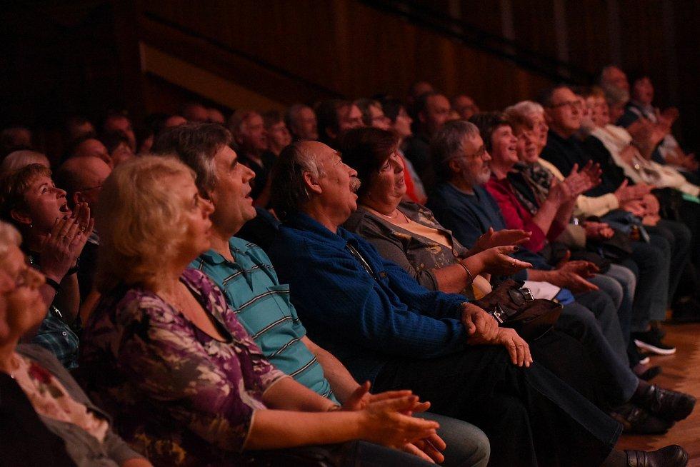 Od půlky května je country kapela Fešáci na turné ke svým padesátým narozeninám, poslední říjnový čtvrtek potěšila fanoušky vMěstském společenském domě vKolíně.